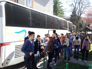 """Un grup de 50 de elevi şi profesori de la Liceul """"Borislav Petrovlasov"""" din Vârşeţ, un liceu cu predare în limba maternă, deci şi limba română, au ajuns vineri la Reşiţa pentru a vedea pe viu condiţiile de şcolarizare oferite de facultăţile din cadrul Universităţii """"Eftimie Murgu"""", dar şi pentru a afla ce specializări pot fi urmate în cadrul studiilor de licenţă, masterat sau doctorat la instituţia cărăşeană de învăţământ superior.  Elevii sârbi spun că au avut curiozitatea de a vedea condiţiile oferite de Universitate, de a vedea cum arată şi cum funcţionează o facultate din România şi că, desigur, iau în calcul posibilitatea de a deveni studenţii acestor facultăţi, mai ales că distanţa dintre Reşiţa şi Vârşeţ nu este foarte mare.  Şi profesorii s-au arătat foarte încântaţi de condiţiile de şcolarizare ale Unviersităţii, ba chiar, unii dintre ei, şi-au regăsit foştii colegi, împreună cu care au studiat pe vremuri materiile pe care acum le predau, la Reşiţa ori Vârşeţ. """"Este o acţiune prin care urmărim creşterea populaţiei şcolare, mergem şi în Serbia să le prezentăm oferta noastră, îi aducem pe elevi şi aici, să vadă baza noastră de studiu, la Coronini, unde avem, de asemenea, un centru foarte modern şi facem asta destul de des, pentru a ne asigura un număr cât mai mare de studenţi"""", ne-a spus prof. univ. dr. Marian Mihăilă, preşedintele Senatului Universităţii """"Eftimie Murgu"""" din Reşiţa.  Mai mult: http://www.libertatea.ro/detalii/articol/universitatea-din-resita-vaneaza-elevi-din-serbia-486386.html#ixzz2wu66hdcc"""